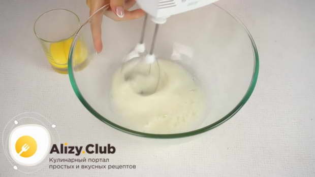 Взбиваем белки с 40 граммами сахара до устойчивых пиков