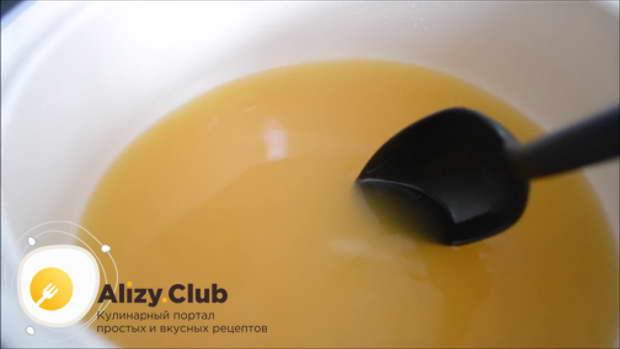 В большую кастрюлю выливаем 1 литр ананасового сока