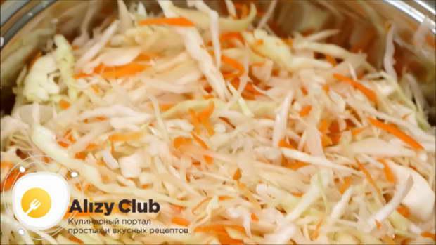 В большой кастрюле смешайте капусту с морковью