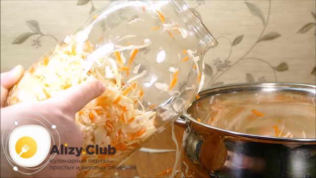 Утрамбуйте овощную смесь в чистую трехлитровую банку до половины