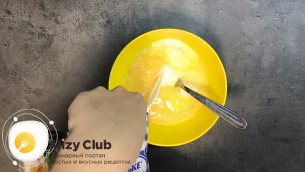 Для приготовления омлета в духовке, добавьте в яйца молоко.