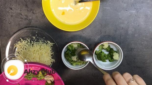 Для приготовления омлета в духовке, выложите брокколи в форму.