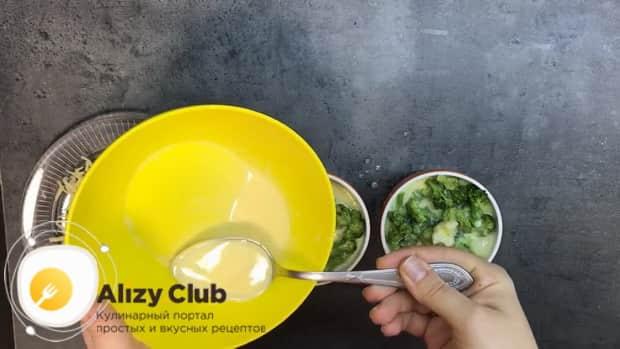 Для приготовления омлета в духовке, залейте брокколи яйцами.