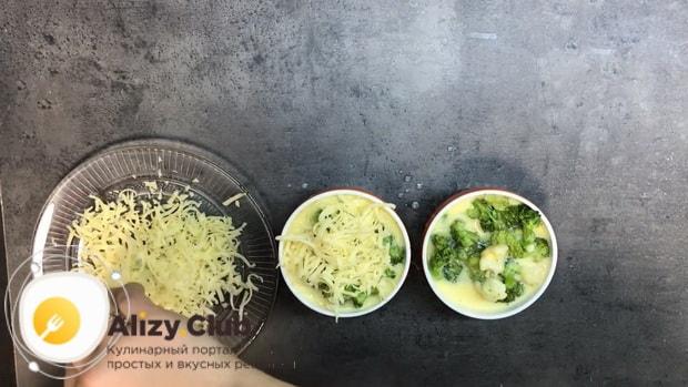 Для приготовления омлета в духовке, присыпьте яйца сыром.