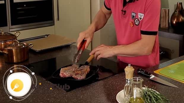 Обжариваем мясо с двух сторон до золотистой корочки