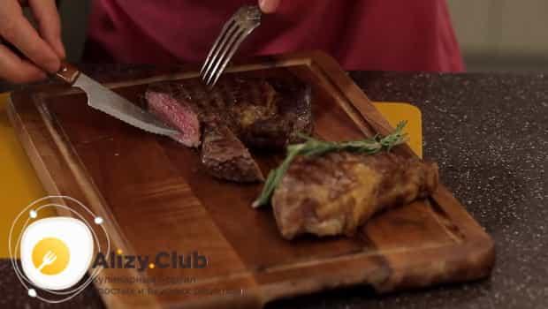 Подаем стейк из говядины на досточке, украсив ветками розмарина