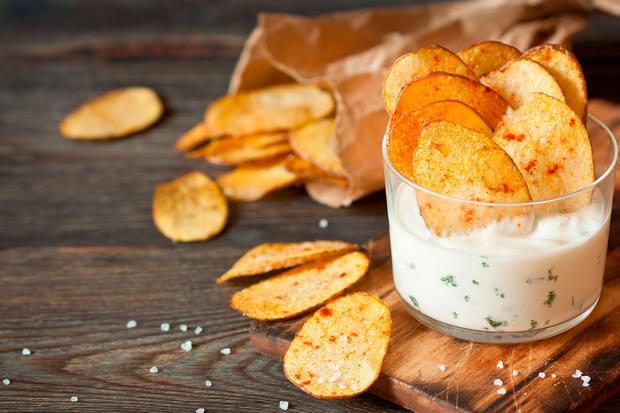 Как правильно подавать чипсы и с чем