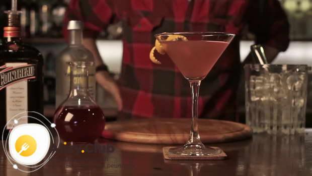 Как правильно подавать коктейль Космополитен