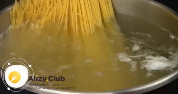 Смотрите как варить спагетти в кастрюле пошагово