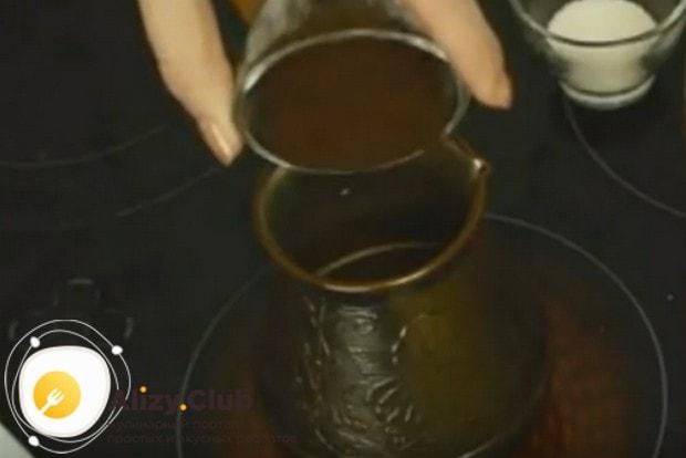 В прогревшуюся турку насыпаем кофе и сахар.