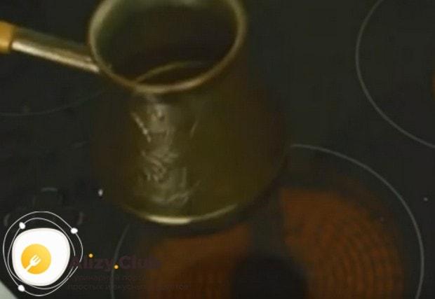 Встряхнем турку, чтобы кофе с сахаром смешались