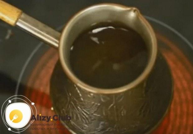 Наливаем воду и перемешиваем кофе.