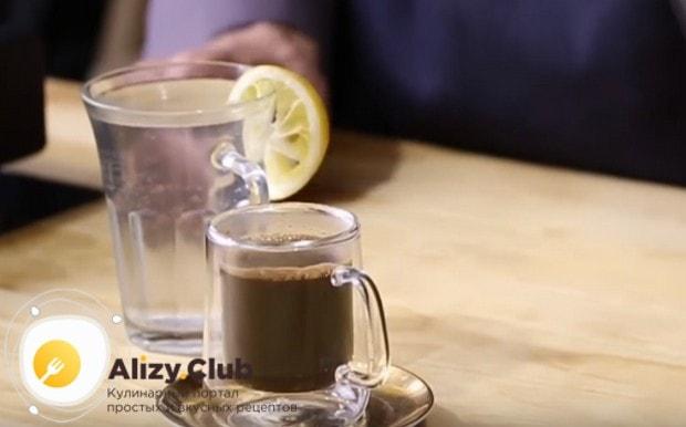 Подавать напиток можно с водой, которой желающие смогут разбавить его при необходимости.
