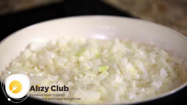 Нагреваем сковороду, растапливаем на ней 55 грамм сливочного масла