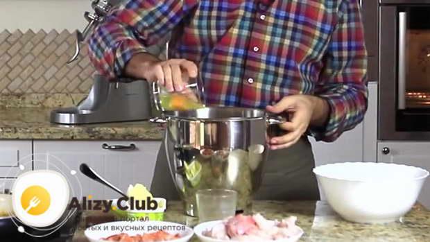 Пока выпекается кулебяка, смешиваем в отдельной посуде один желток, 145 миллилитров воды