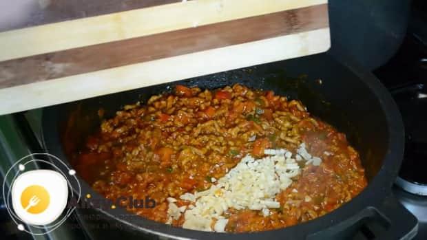 По рецепту для приготовления макарон с мясом, добавьте чеснок