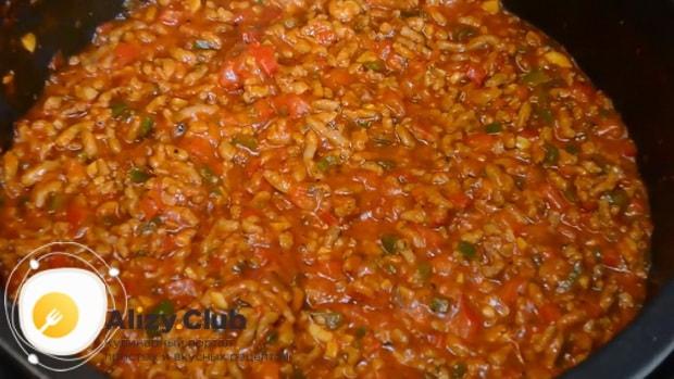 По рецепту для приготовления макарон с мясом, перемешайте ингредиенты
