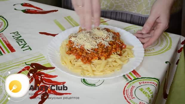 По рецепту для приготовления макарон с мясом, натрите сыр