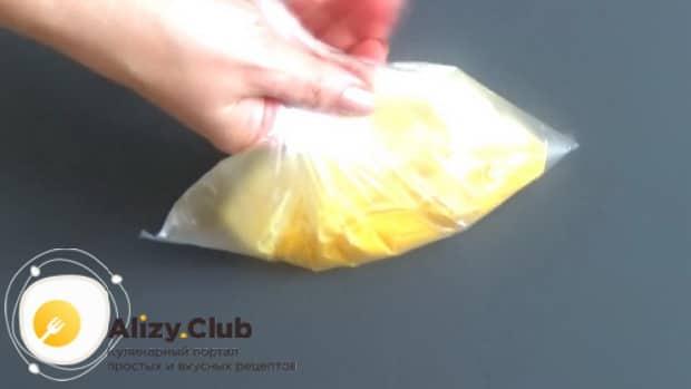 Для приготовления омлета в целлофановом пакете, положите в пакет яйца.