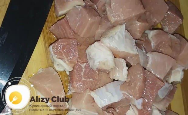Нарезаем кусочками свинину.