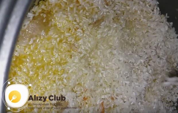 Выкладываем на овощи с мясом рис.