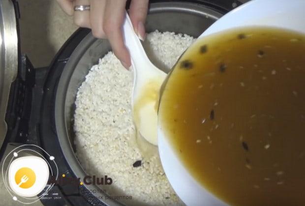 Аккуратно заливаем блюдо водой с специями, чтобы не нарушить слои.