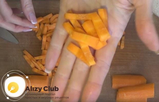 Тонкой соломкой нарезаем морковку.