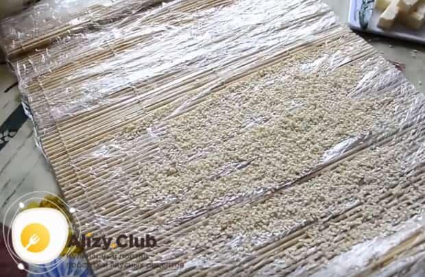 Смотрите, как приготовить вывернутые суши дома.
