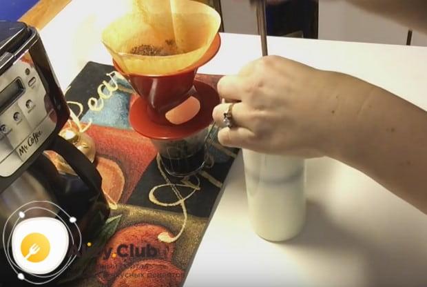 Выливаем молоко в френч-пресс и при помощи поршня энергично взбиваем.