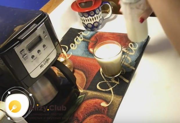 Вспенившееся молоко тонкой струйкой вливаем в кофе.