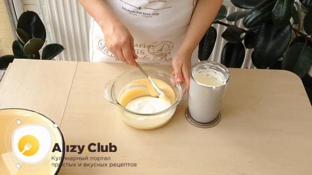 Перед тем как сделать мороженное пломбир в домашних условиях, соедините ингредиенты.