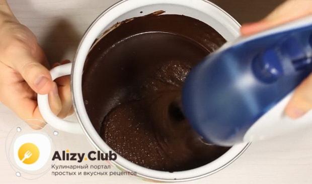 Перед тем как сделать шоколадное мороженное в домашних условиях, взбейте ингредиенты
