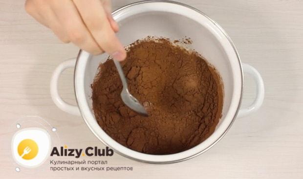 Перед тем как сделать шоколадное мороженное в домашних условиях, добавьте в молоко какао