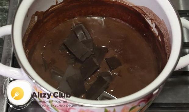 Перед тем как сделать шоколадное мороженное в домашних условиях, добавьте шоколад