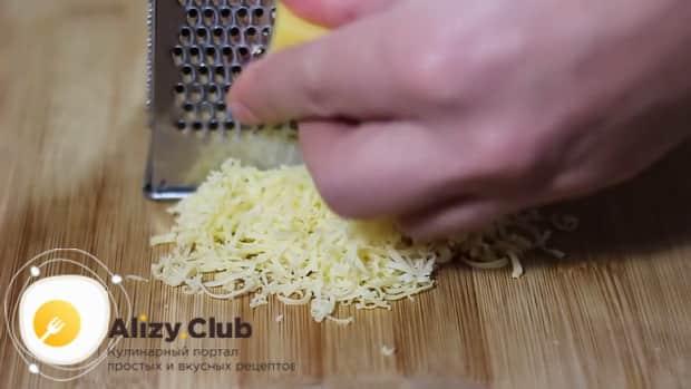По рецепту для приготовления сырного соуса подготовьте все ингредиенты