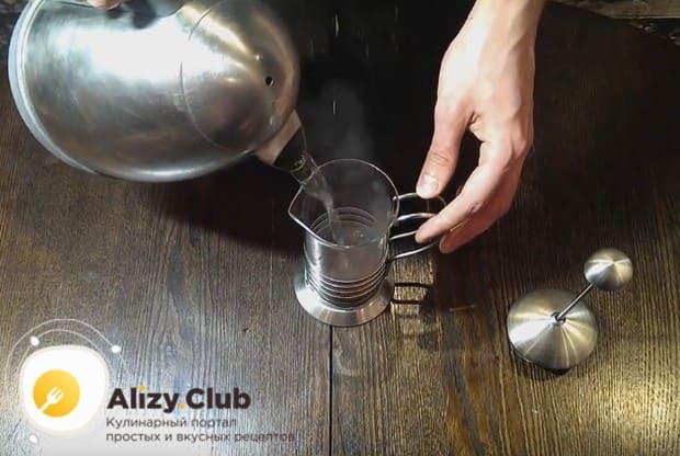 Заливаем кофе горячей водой.