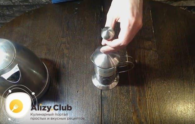 Накрыв крышкой, даем кофе завариться минуты 4.