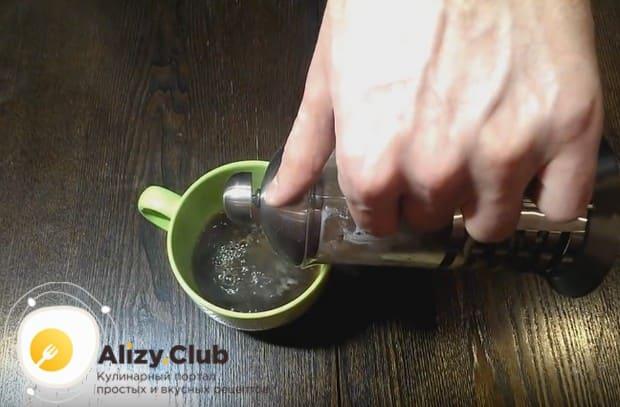 Опускаем поршень френч-пресса и переливаем кофе в чашку.