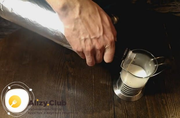 Добавляем к молоку ванильный сироп.