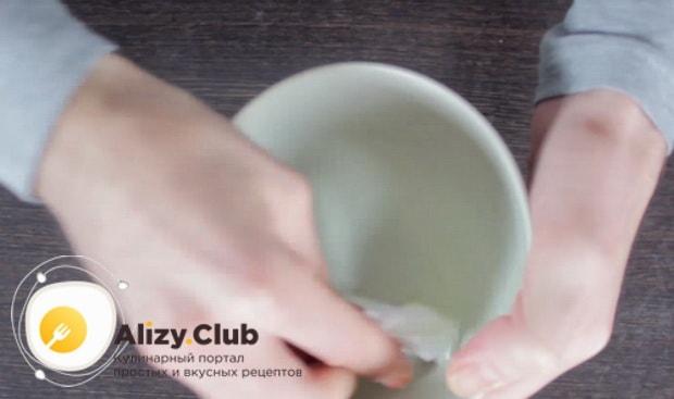 посуду смазываем сливочным маслом