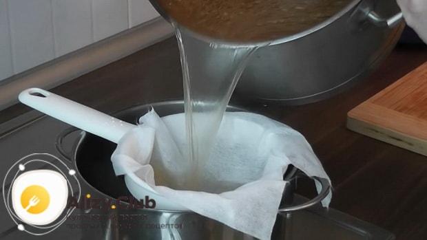 Для приготовления холодца из говяжьей мотолыжки, процеживаем бульон