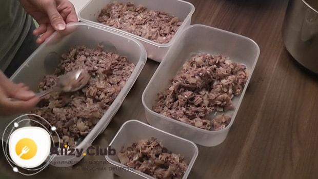 Для приготовления холодца из говяжьей мотолыжки, нарезаем мясо