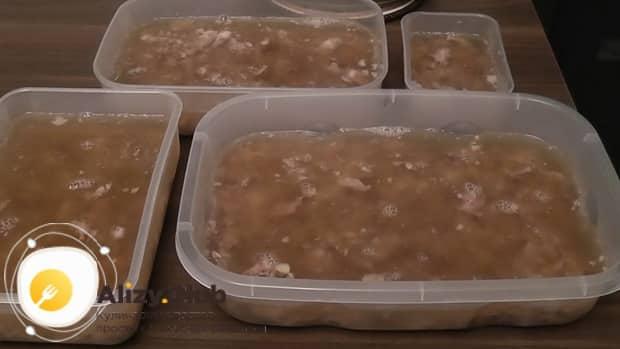 Для приготовления холодца из говяжьей мотолыжки, заливаем мясо бульоном