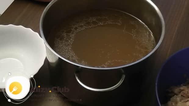 Для приготовления холодца из говяжьей мотолыжки, уберем с бульона жир