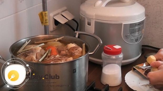 Для приготовления холодца из говяжьей мотолыжки, добавляем пряности