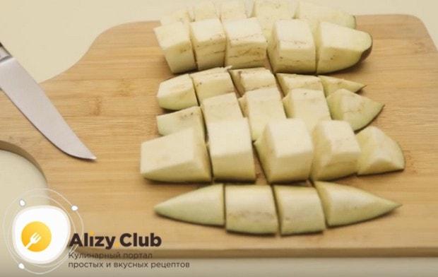 Чтобы приготовить к каше соус, нарезаем кубиком баклажаны.