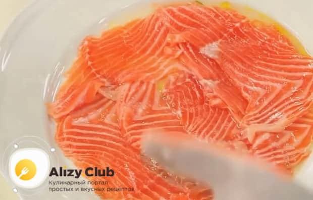 Для засола рыбы в домашних условиях, по рецепту вылаживаем рыбу в тарелку