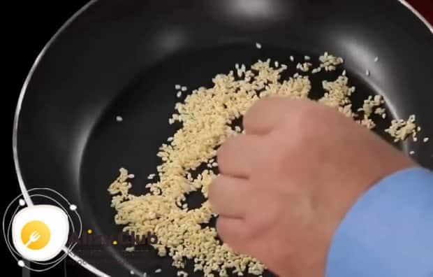 Для засола рыбы в домашних условиях, по рецепту обжариваем кунжут