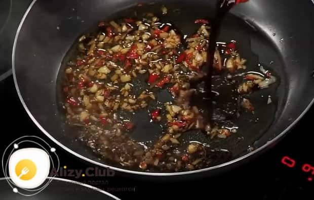 Для засола рыбы в домашних условиях, по рецепту обжариваем чеснок