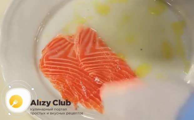 Для засола рыбы в домашних условиях, по рецепту нарезаем рыбу